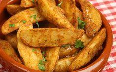 Baharatlı Patates Tarifi MALZEMELER  5 adet orta boy patates 2 yemek kaşığı zeytinyağı 1 çay kaşığı toz kırmızı biber 1 tatlı kaşığı kekik 2 dal biberiye 2 diş rendelenmiş sarımsak 1 çay kaşığı tuz Servisi için:  4 dal taze kişniş