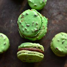 Mint Chocolate Chip Macarons via @yammie #macarons #recipe #mintchocolatechip #dessert