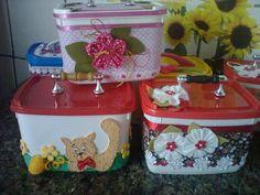 Olá meninas! Reciclei essas embalagens de sorvete transformando-as em belas maletinhas, com as seguintes utiliddes, guarda produtos de belez...