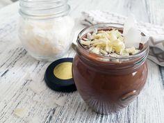Zelo čokoladna krema s kokosovim mlekom, vanilijo in cimetom. Brez dodanega sladkorja. Sladkosnedi dodajte sladilo po vašem izboru, priporočamo eritritol.  Sestavine za 2 porciji 2 dl kokosovega mleka 1 rumenjak 40 g temne čokolade (z več kot 70% kakava) ščepec vanilije ščepec cimeta ščepec soli Postopek zmešaj kokosovo mleko in rumenjak ter počasi kuhaj...Read More