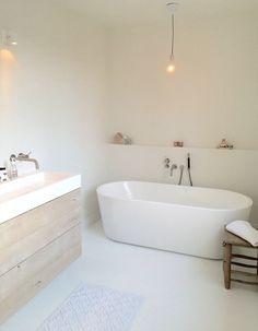 Badezimmer I like the bathtub but not sure if it would be comfortable. Modern sleek bathroom decor Q Bathroom Toilets, Laundry In Bathroom, Master Bathroom, Relaxing Bathroom, Neutral Bathroom, Small Bathroom Bathtub, Earthy Bathroom, Bathtub Shelf, Nature Bathroom