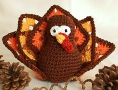 Crochet up this cute and colorful turkey for your Thanksgiving table ... free crochet pattern!! #crochet #Thanksgiving #pattern
