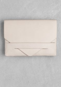 & Other Stories Leather Envelope Clutch Pouch in Beige/Cream/Nude Leather Best Leather Wallet, Leather Gifts, Leather Clutch Bags, Leather Purses, Clutch Bag Pattern, Sacs Design, Minimalist Bag, Leather Accessories, Fashion Bags