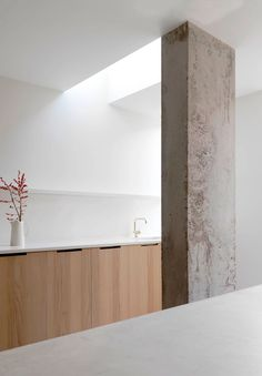 Kitchen with concrete column. Ingersoll Road by McLaren Excell. Houses Architecture, Interior Architecture, Interior And Exterior, London Architecture, Kitchen Interior, Kitchen Design, Kitchen Ideas, The Loft, Interior Minimalista