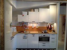I pensili della cucina componibile IKEA METOD hanno altezze che variano da 100 cm a 40 cm, in questo modo è possibile adattarla ad una copertura a falda.