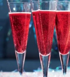Holiday Champagne Cocktail ~ Triple Sec, Cranberry Juice, and Champagne. Christmas Cocktails, Holiday Drinks, Party Drinks, Cocktail Drinks, Holiday Treats, Christmas Treats, Cocktail Recipes, Holiday Recipes, Alcoholic Drinks
