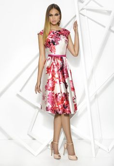 DONNA 7958 Vestido corto de coktail de manga corta, realizado en mikado estampado con motivos florales. Falda de vuelo y escote barco