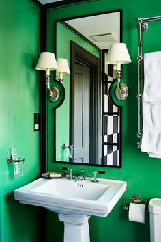 silver Bathroom Decor This Small Green En Suite Bathroom by Beata Heuman is painted in an emerald colour with black border and silver lighting. Bathroom ideas and bathroom designs by House amp; Bathroom Colors, Bathroom Sets, Small Bathroom, Bathroom Designs, Bathroom Trends, Bright Green Bathroom, Green Bathrooms, Bathroom Showers, Vanity Bathroom