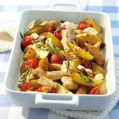 weight watchers recepten - Griekse ovenschotel met kip: Overgiet de gedroogde tomaten met heet water en laat 10 minuten wellen. Laat uitlekken en snij in stukjes. Snij de aardappelen in schil in langwerpige stukken en de kipfilet in kleine stukjes. Pers de knoflook en meng met de rozemarijn en olie. Breng goed op smaak met zout en peper. Voeg de gedroogde tomaten, tijm, aardappelen en kip toe en roer goed door. Vul een ovenschaal (20cm x 25cm) met de mix van ingrediënten, zet in het midden…
