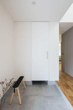 お手入れ簡単なモルタル風の大判タイルを敷いた玄関。扉の奥には、シューズクロークと手洗いが並びます。 #ルポハウス #設計士とつくる家 #注文住宅 #デザインハウス #自由設計 #マイホーム #家づくり #施工事例 #滋賀 #おしゃれ #玄関 #タイル #モルタル風