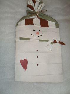 ja näiden tasapaksujen lumiukkojen sisälle  on kätketty joululahjat ... mitähän ne lienevät ? tapeettia ja 70-luvun trikoota ...