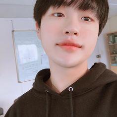La imagen puede contener: 1 persona, selfie y primer plano Korean Student, Cute Korean Boys, Cute Gay Couples, Lee Sung, Ulzzang Boy, Jimin, Asian, Instagram, Amber