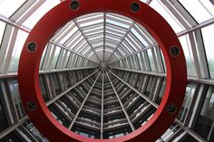 国立新美術館 エントランス上部にある印象的な赤い輪 2014年4月18日撮影