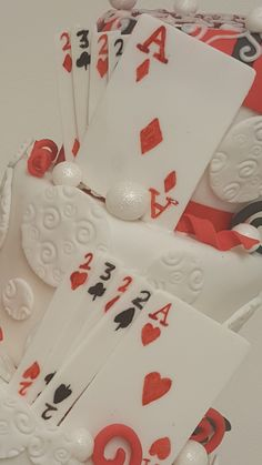 Fondant playing cards Fondant, Poker Cake, Birthday Cakes, Playing Cards, Gift Wrapping, Gifts, Game Cards, Games, Deco