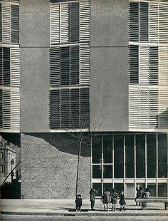 Casa Barceloneta by José Antonio Coderch 1951 Barcelona Architecture, Brick Architecture, Architecture Details, Contemporary Architecture, Building Skin, Brick Facade, Building Exterior, Brick Building, Gio Ponti