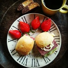 おはようございます。ハム屋さんのフレッシュなコーンビーフと胡瓜のコーンパンサンド、いただきます。 - @gumby0467- #webstagram