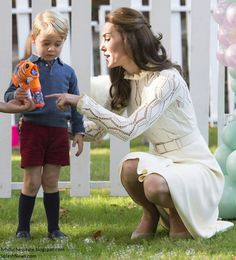 Kate and Prince George in Canada 2016.. Sweet mommy moment!