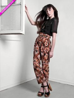 Love those slouchy patterned loose pants-that-look-almost-like-a-maxi-skirt.