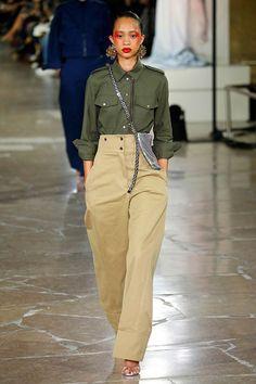 Outro namoro com o uniforme no verde militar, camuflado, azul marinho, bege e clima safári mais o nylon paraquedista.