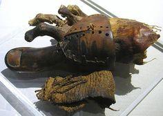Prothèse en bois sculpté, composée de trois parties, elle est maintenue par une graine en cuir cousue et du textile. il y a 3000 ans