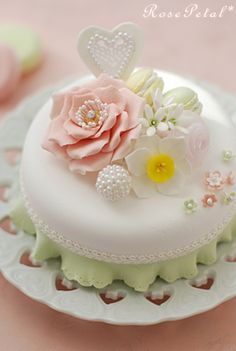 The mint ruffle makes the white fondant a perfect backdrop for all those amazing flowers.