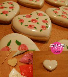 Haz tu mism@ estas galletitas decoradas con rosas jaspeadas siguiendo el video tutorial de SugarySpot! Ideales para el 14 de Febrero o cualquier otra ocasión!
