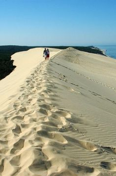 Entre #terre et #mer, marcher sur la crête de la #Dune du Pilat. #idée #balade #vue #vacances