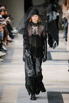 The complete Ann Demeulemeester Fall 2017 Ready-to-Wear fashion show now on Vogue Runway. Monochrome Fashion, Dark Fashion, Minimal Fashion, Leather Fashion, Gothic Fashion, Urban Fashion, Fashion Beauty, Ann Demeulemeester, Fashion Week