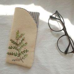 안경집 만들었어요~~~ 안그래도 안경 데굴데굴 굴러다녔는데 해결~~ #자수케이스 #자수타그램 #자수 #안경집#embroidery #stitch #刺繍作家 #刺繍 #프랑스자수 #케이블루의자수 #케이블루 #刺繍教室 #ししゅう #needlework #needlepoint