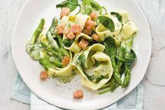 Snelle lentepasta met zalm, spinazie en asperges - Recept - Allerhande