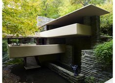 Falling Water - Designed by Frank Lloyd Wright. Fallingwater or Kaufmann Residence is a house designed by architect Frank Lloyd Wright in 1935 in rural southwestern Pennsylvania, 43 miles southeast of Pittsburgh. Frank Lloyd Wright Buildings, Frank Lloyd Wright Homes, Falling Water House, Falling Waters, Falling Water Frank Lloyd Wright, Architecture Cool, Deco Design, Beautiful Homes, Villa