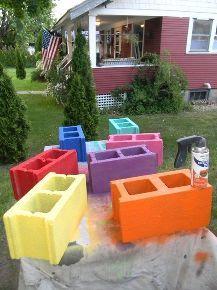 Spray paint concrete blocks for your patio | Pinta bloques de cemento de colores. Perfectos para decorar el patio este verano