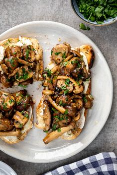 Easy creamy mushroom toast - Simply Delicious Easy creamy mushroom toast is perfect for breakfast, lunch and dinner and can be made in no time at all for a delicious, easy vegetarian meal. Creamy Mushrooms On Toast, Mushroom Toast, Breakfast Mushrooms, Vegetarian Recipes Easy, Cooking Recipes, Healthy Recipes, Vegetarian Italian, Vegetarian Breakfast, Greek Recipes