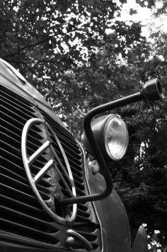 https://flic.kr/p/8nePHp | Citroen 27-07-1990 | De 2CV werd geproduceerd tussen 1948 en 1990. 3.872.583 rolde van de band. Vandaag 20 jaar geleden rolde om 16:00h de laatste 2cv, een Charleston met chassisnummer 08KA 4813 PT, van de band. Officieel was dit de laatste, maar later die week zijn er nog 5 geproduceerd, de zogenaamde '91-er modellen.   foto: Citroen AZU 1960 (met slinger)