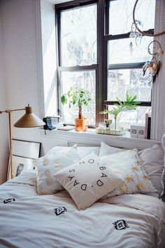 56 Trendy bedroom window sill decor home Trendy Bedroom, Cozy Bedroom, Bedroom Apartment, Bedroom Decor, Bedroom Ideas, Green Apartment, Urban Bedroom, Bedroom Furniture, Urban Outfitters Bedroom