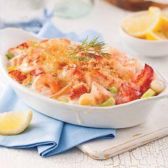Bien éponger les fruits de mer et la chair de homard afin de retirer l'excédent d'eau. Préchauffer le four à 190°C (375°F). Dans une casserole, faire fondre à feu moyen le beurre avec l'ail. Ajouter la farine et cuire quelques secondes en remuant. Verser le lait et porter à ébullition en fouettant. Ajouter les fruits de mer et le basilic. Remuer et retirer du feu... Seafood Recipes, Cooking Recipes, Healthy Recipes, Confort Food, French Dishes, Fish Dinner, Pescatarian Recipes, Fish And Seafood, Macaroni And Cheese