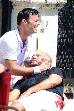 Un histérico Ricky Martin llora desconsoladamente al lado de un hombre herido. Qué está pasando?