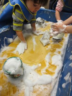 Love the idea of a giant sponge in the sensory table - from Tom Bedard. Gloucestershire Resource Centre http://www.grcltd.org/home-resource-centre/