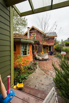 The Sabin Green cohousing community features several small houses arranged around a courtyard and teahouse that are shared by all the residents. Developed by Orange Spot LLC; design by Communitecture; photo by Steve Hambuchen.