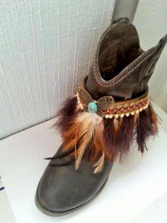Cubre botas realizado en tonos marrones, con pasamanería, plumas y diversos adornos que en conjunto darán un aire desenfadado a tus botas.