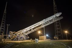 1280px-Falcon_9_with_CRS-5_Dragon_being_erected_at_SLC-40_pad_(16513369059).jpg…