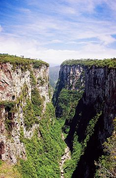 Canyon Itaimbézinho - Cambará do Sul - Rio Grande do Sul - Brazil Beautiful Places In The World, Places Around The World, Oh The Places You'll Go, Wonderful Places, Places To Visit, Around The Worlds, Rio Grande Do Sul, Wonders Of The World, South America