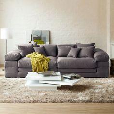 Sofa im XXL-Format im puristischen Loungestil.