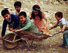Hayatın en güzel bölümünün çocukluk olduğunu düşünüyorum.Zaten sonrası gazı kaçmış gazoza benziyor.