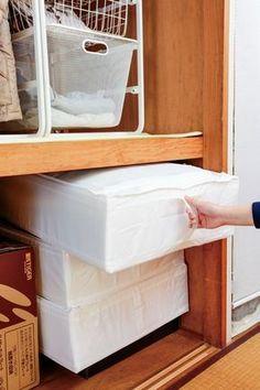 the360.life】 コレは意外! IKEAが押入れ収納に絶妙だった気持ちいい ... 客人用やシーズン前の掛け布団などは、同じケースに統一して収納しよう。このスクッブは側面に補強素材が入っているので、横置きのほか縦置きでも崩れることなく収納 ... Closet Organization, Clean Up, Housekeeping, Home Projects, Sweet Home, Cabinet, Interior Design, Storage, Room