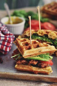 sandwich au poulet frit et gaufres / Fried Chicken and Waffles Sandwich Fried Chicken And Waffles, Chicken Bacon, Chicken Sandwich, Chicken Gravy, Breaded Chicken, Roasted Chicken, Chicken Recipes, Breakfast And Brunch, Waffle Sandwich