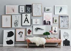 Bom dia! Um mix de quadros com molduras de diversos tamanhos e tons dão graça à parede cinza deste hall, eleito nosso #décordodia! Veja mais detalhes no site (link na bio!). #casavogue #decoração #quadrosnaparede