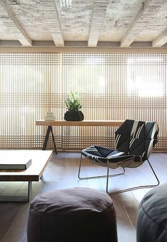 Faliro loft design by Ese studio features a rich combination of different textures, beautiful designs by Patricia Urquiola and some elements of Japanese aesthetics. The NLBW screening contributes strongly to this look. Loft D'entrepôt, Casa Loft, Loft House, Interior Architecture, Interior And Exterior, Shoji Screen, Warehouse Loft, Japanese Interior, Top Interior Designers