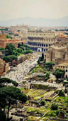 Avenida de los Foros Romanos, al final el Coliseo. Roma Italia