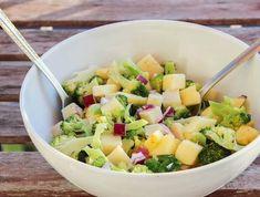 Ez a könnyű, finom, gyorsan elkészíthető saláta tökéletes része lehet az étrendünknek akár reggelire, akár köztes étkezésnek, akár főételnél húsok mellé köretnek. Fruit Salad, Potato Salad, Paleo, Food And Drink, Potatoes, Ethnic Recipes, Salad Ideas, Food Ideas, Diet